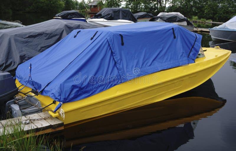 Barco de motor en el embarcadero imagen de archivo libre de regalías