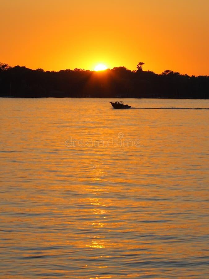 Barco de motor en el lago fotos de archivo