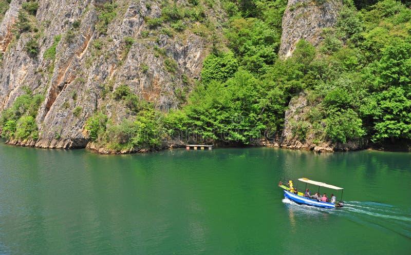 Barco de motor en el lago imagen de archivo libre de regalías