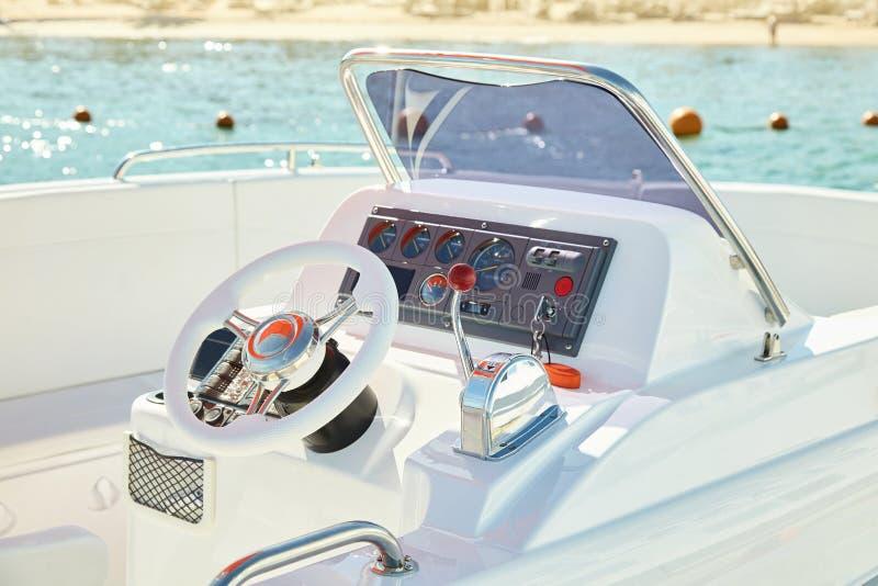 Barco de motor en el mar fotografía de archivo