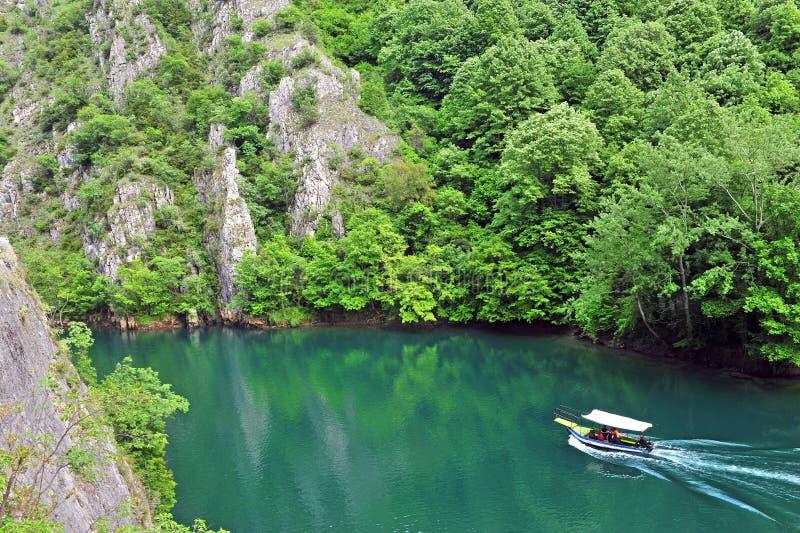 Barco de motor en el río imagenes de archivo