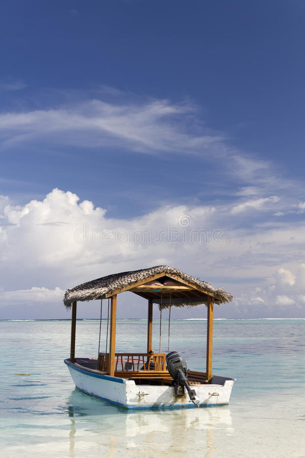 Barco de motor en los Maldives foto de archivo libre de regalías