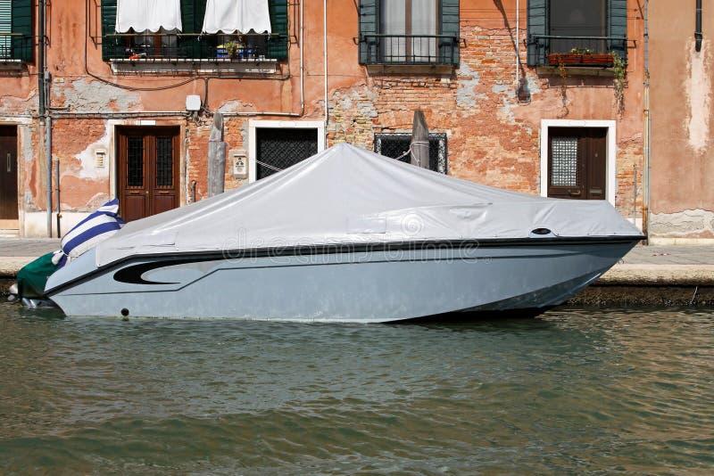 Barco de motor estacionado foto de archivo