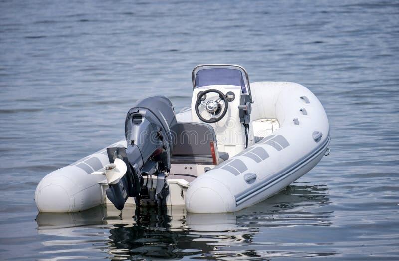Barco de motor inflável que flutua no mar imagens de stock royalty free