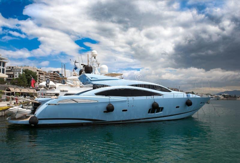 Barco de motor luxuoso no porto de Zeas na cidade de Piraeus, Grécia foto de stock royalty free