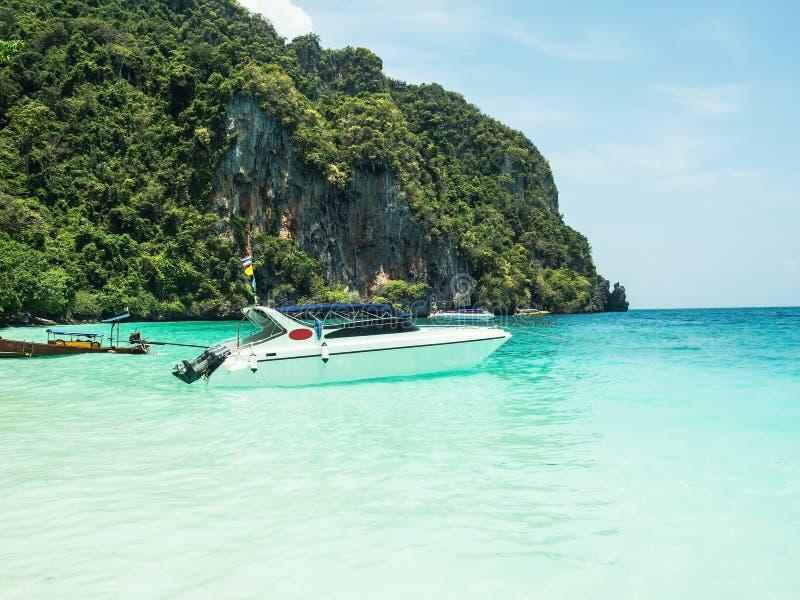 Barco de motor na praia fotos de stock