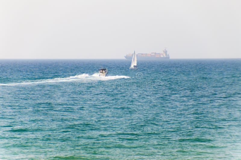 Barco de motor, navegando el yate y portacontenedores en el mar Mediterráneo imágenes de archivo libres de regalías
