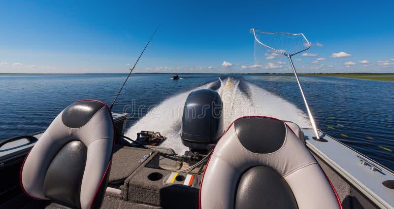 Barco de motor no lago foto de stock