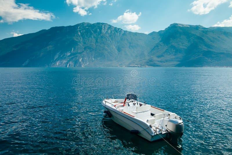 Barco de motor no lago bonito Garda, Itália fotografia de stock