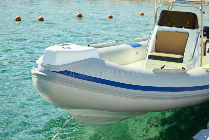 Barco de motor no mar fotos de stock royalty free