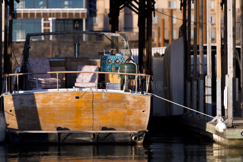 Barco de motor oxidado viejo en el muelle en el río Columbia fotos de archivo