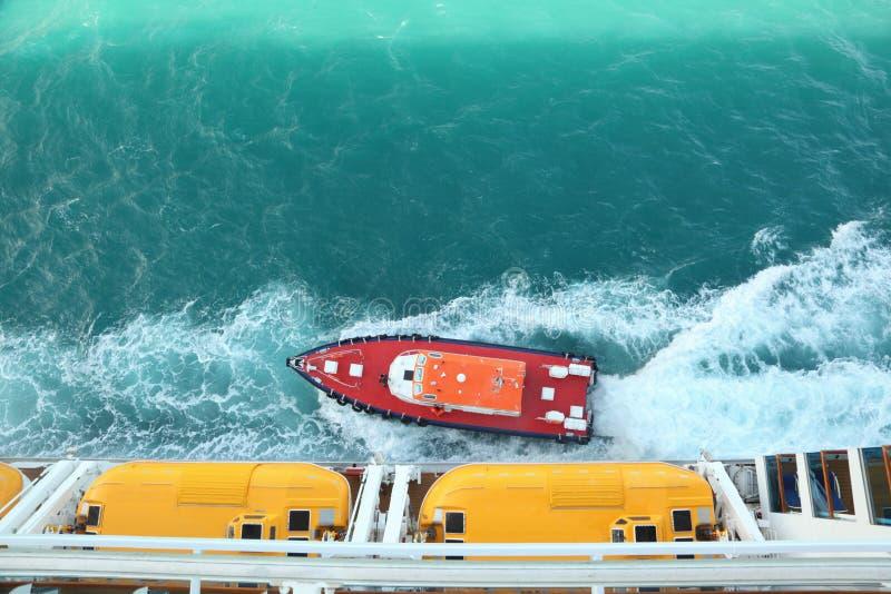Barco de motor perto do navio de cruzeiros. fotos de stock royalty free