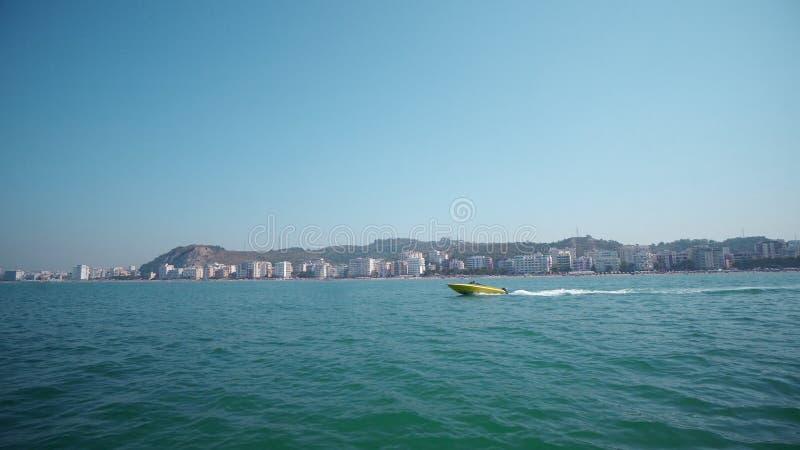 Barco de motor que navega rápidamente imagen de archivo