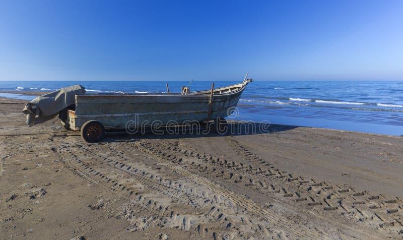 Barco de motor velho na costa do mar fotos de stock