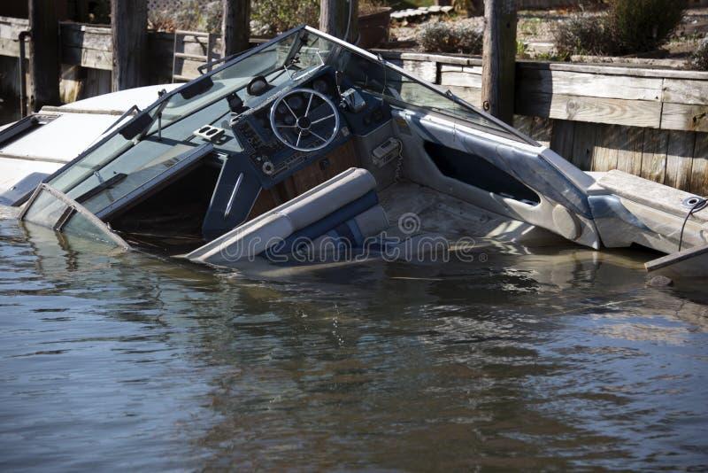 Barco de naufrágio na doca foto de stock