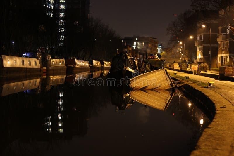 Barco de naufrágio no canal da cidade imagem de stock