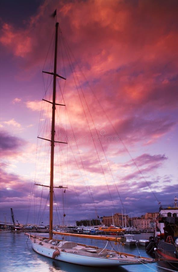 Barco de navegación amarrado imagenes de archivo