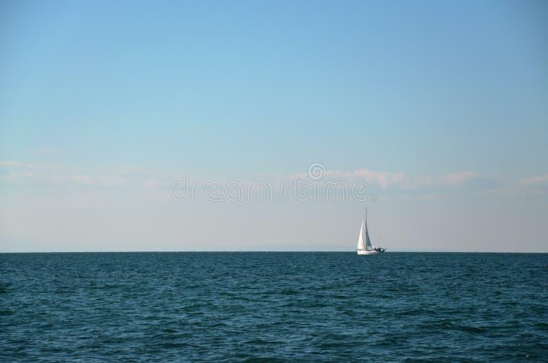Barco de navegación con la vela llena foto de archivo