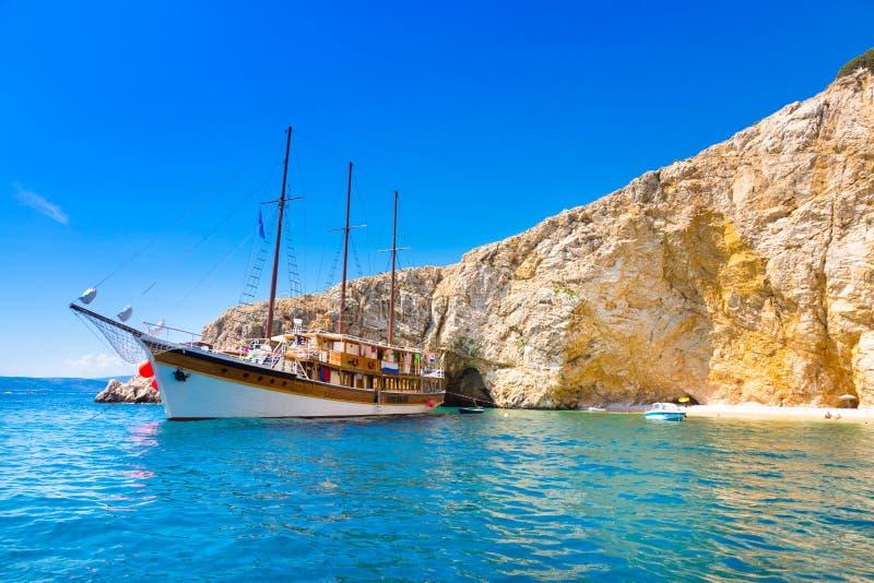 Barco de navegación del vintage en bahía foto de archivo