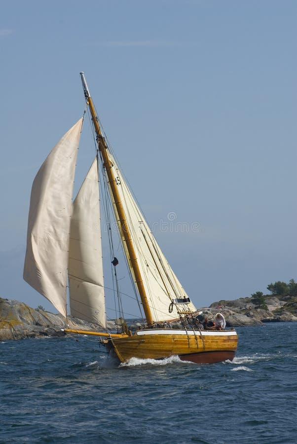 Barco de navegación duro imagen de archivo