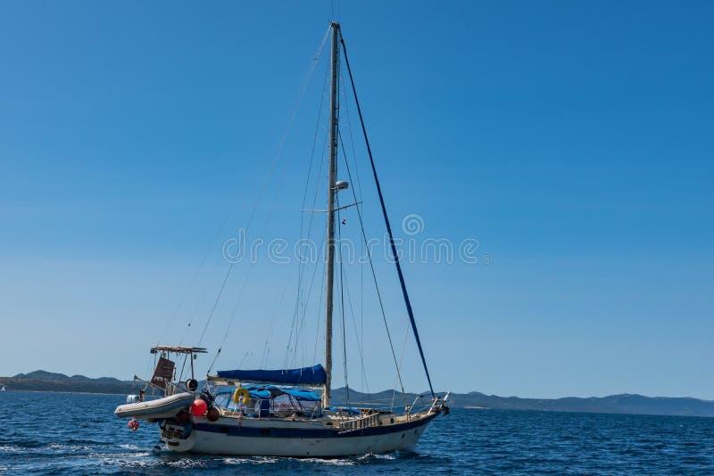 Barco de navegación en Croacia imagen de archivo libre de regalías
