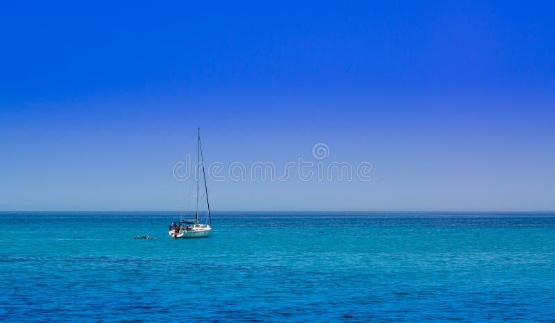 Barco de navegación en el mar abierto fotos de archivo libres de regalías