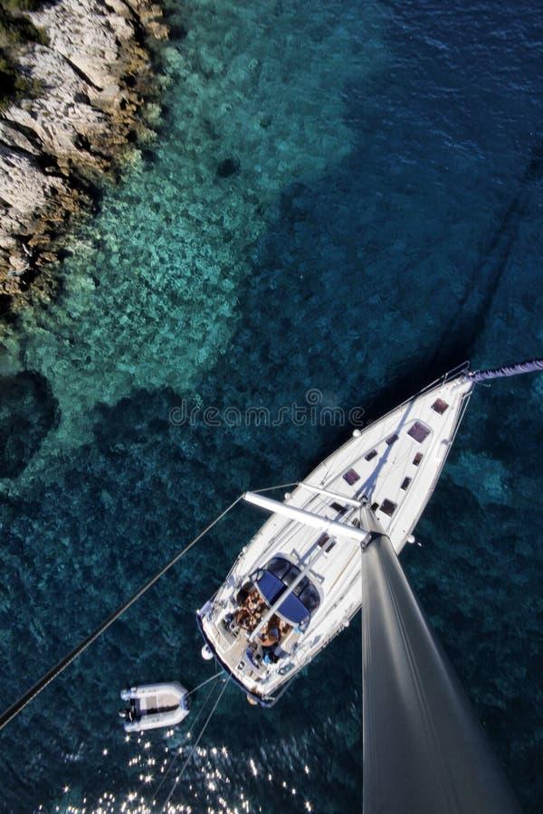 Barco de navegación en el mar adriático imagen de archivo
