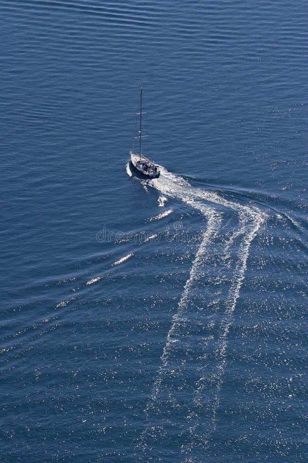 Barco de navegación en el mar azul foto de archivo libre de regalías