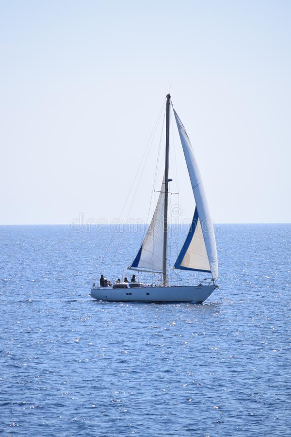 Barco de navegación en el mar Mediterráneo tranquilo foto de archivo