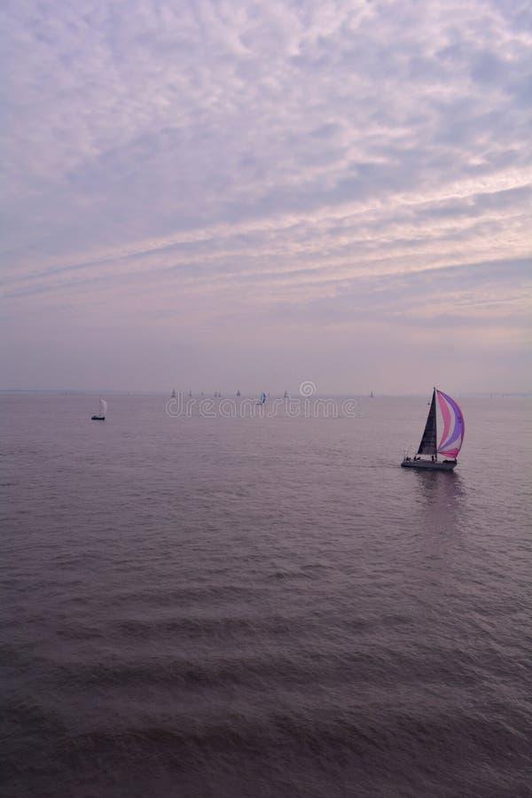 Barco de navegación en el mar tranquilo, la isla del Wight, Inglaterra imagenes de archivo