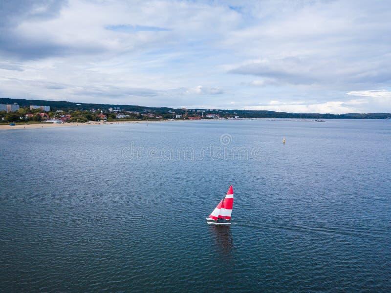 Barco de navegación en el puerto fotos de archivo libres de regalías