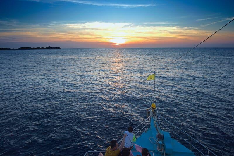 Barco de navegación en la isla de phuket, isla similan fotografía de archivo