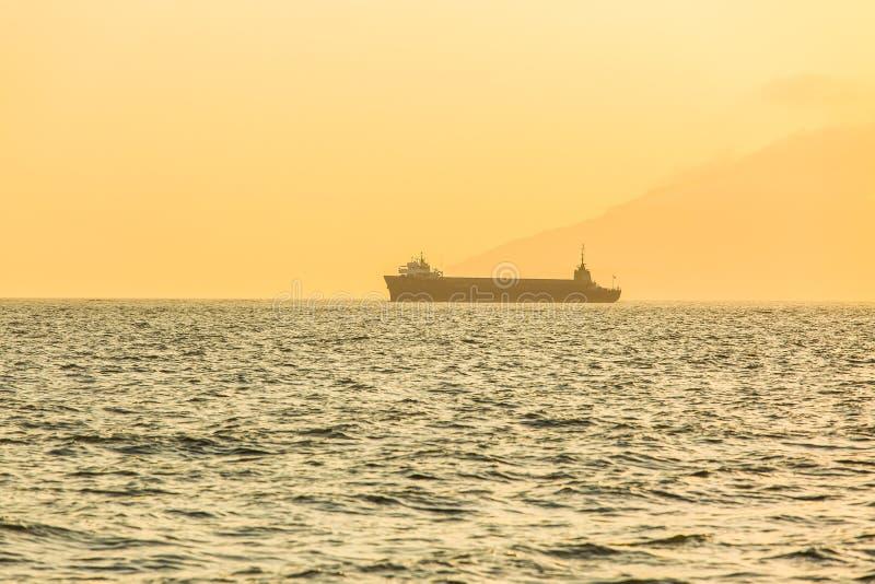 Barco de navegación en la puesta del sol en el océano fotografía de archivo libre de regalías