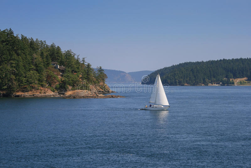 Barco de navegación en Puget Sound imagenes de archivo