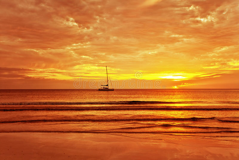 Barco de navegación en una puesta del sol imagen de archivo libre de regalías