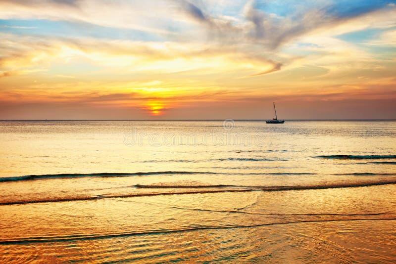 Barco de navegación en una puesta del sol fotografía de archivo