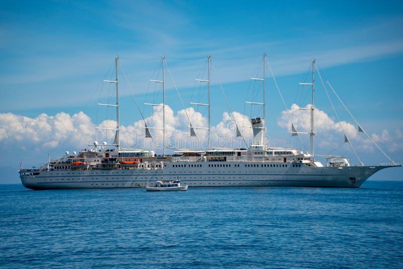 Barco de navegación grande en el mar imagen de archivo libre de regalías
