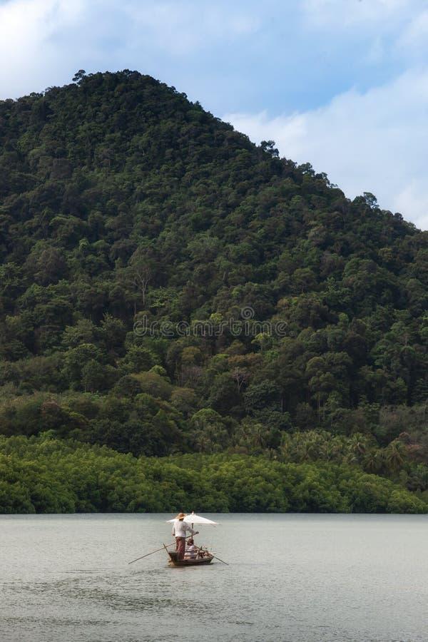 Barco de navegación para el viajero en bosque del mangle en la isla de Koh Chang foto de archivo libre de regalías