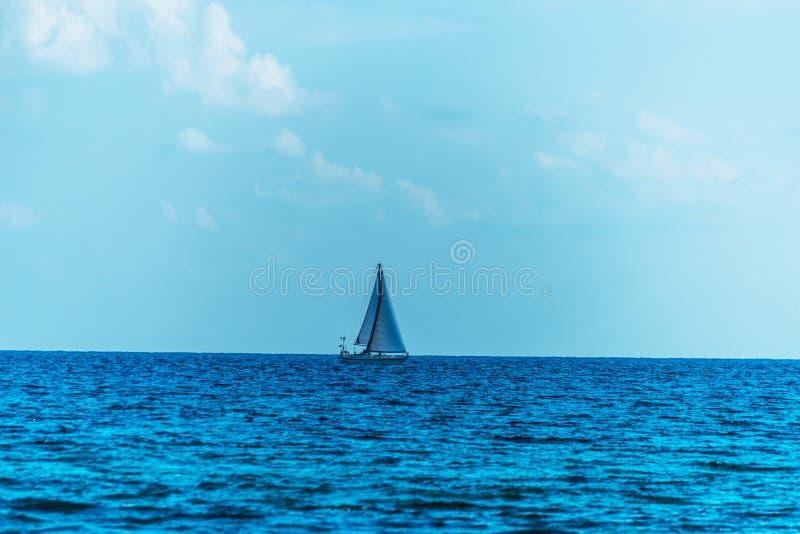 Barco de navegación que fluye en el mar, una travesía en el mar abierto, saili fotos de archivo