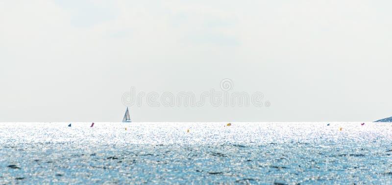 Barco de navegación que fluye en el mar, una travesía en el mar abierto, saili imagen de archivo