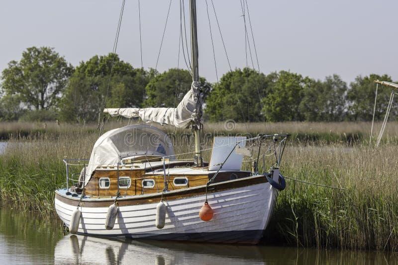 Barco de navegación típico del crucero de Broads fotos de archivo libres de regalías