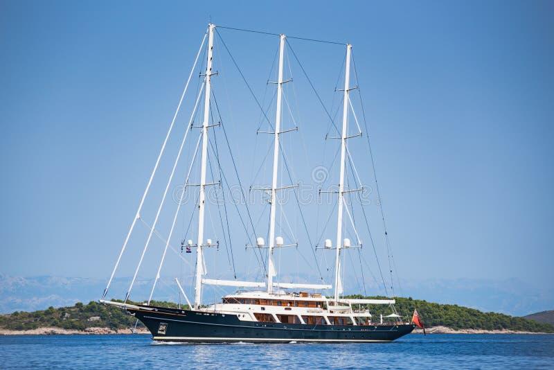 Barco de navegación viejo clásico en Croacia foto de archivo