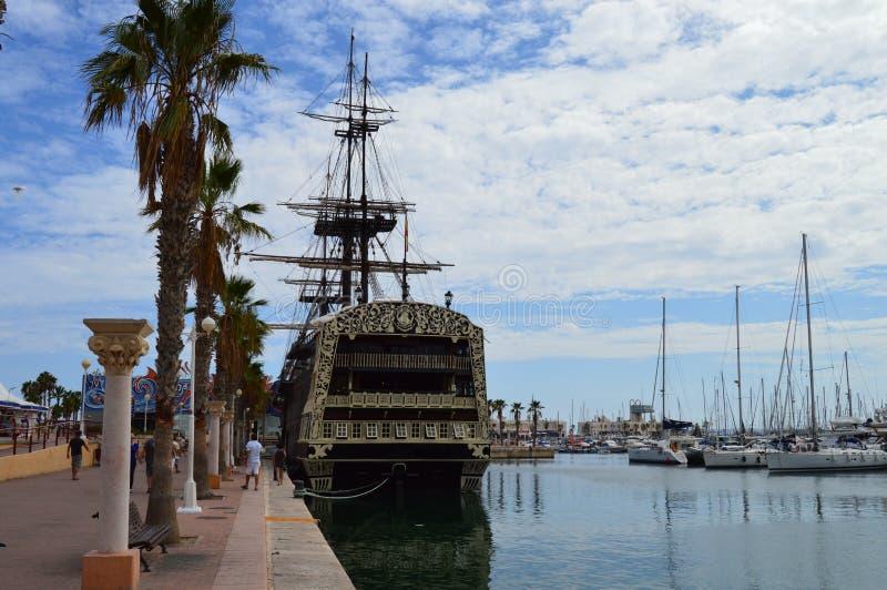 Barco de navegación viejo en el puerto de Alicante imagen de archivo
