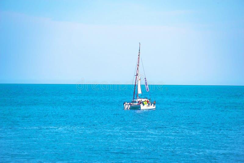 Barco de navegaci?n que fluye en el mar abierto, acuarela pintada imagen de archivo libre de regalías