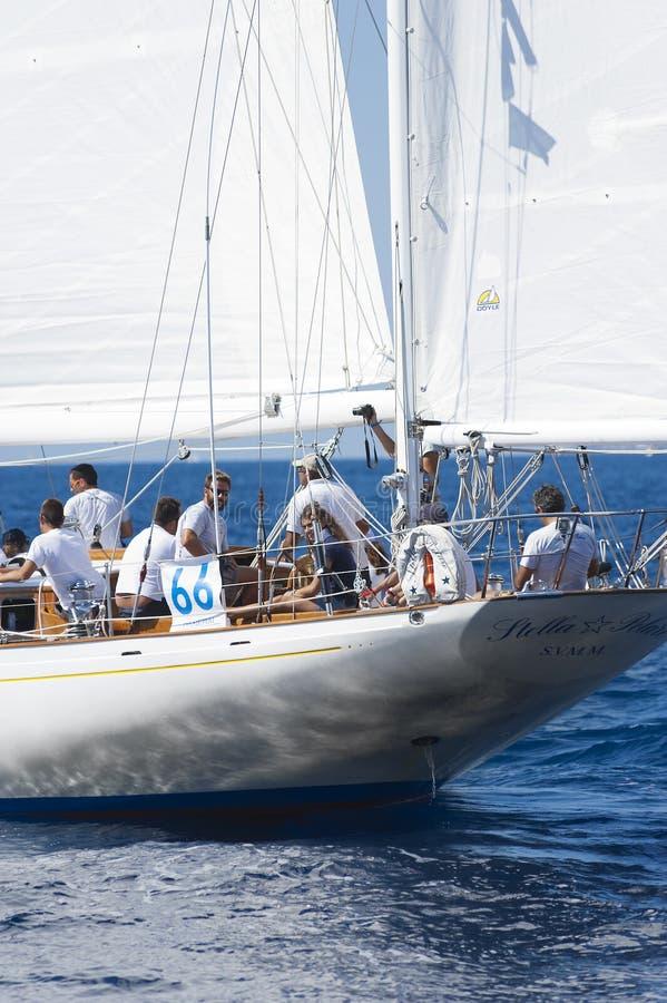 Barco de navigação antigo durante uma regata no clássico Yac de Panerai imagem de stock royalty free