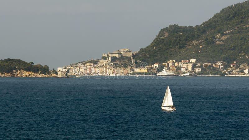 Barco de navigação bonito no golfo do La Spezia entre Lerici e Portovenere, Liguria, Itália imagens de stock