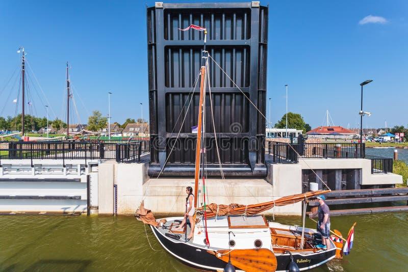 Barco de navigação de madeira clássico que passa a comporta de Stavoren com ope imagens de stock royalty free