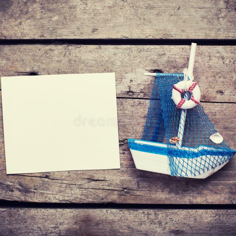 Barco de navigação decorativo e Empty tag no backgro de madeira do vintage fotos de stock royalty free