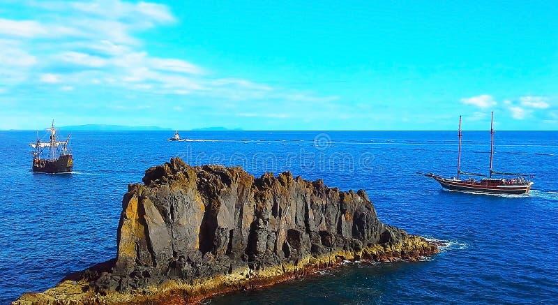 Barco de navigação dois e um barco no oceano Madeira, Funchal, Portugal fotografia de stock