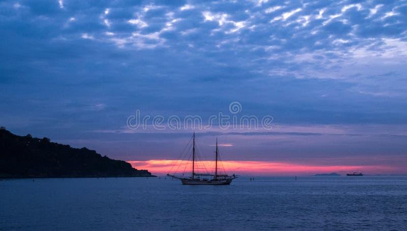 Barco de navigação de dois mastros na distância distante no horizonte fora da costa de Itália na baía de Nápoles perto de Sorrent imagens de stock royalty free
